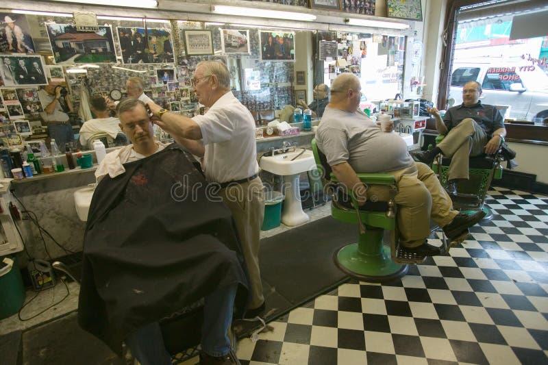 Negozio di barbiere della città immagine stock libera da diritti