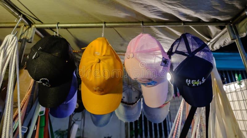 Negozio di cappello nel mercato di notte di Sikhio un mercato famoso di notte fotografia stock