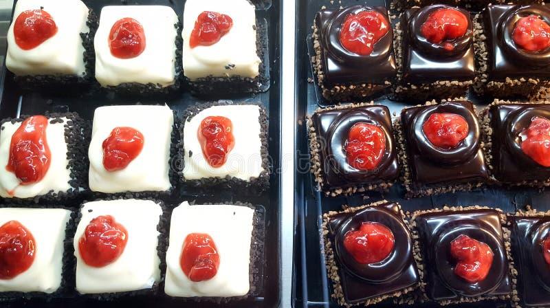 Negozio di pasticceria con il dessert dolce dei mini dolci assortiti immagini stock libere da diritti