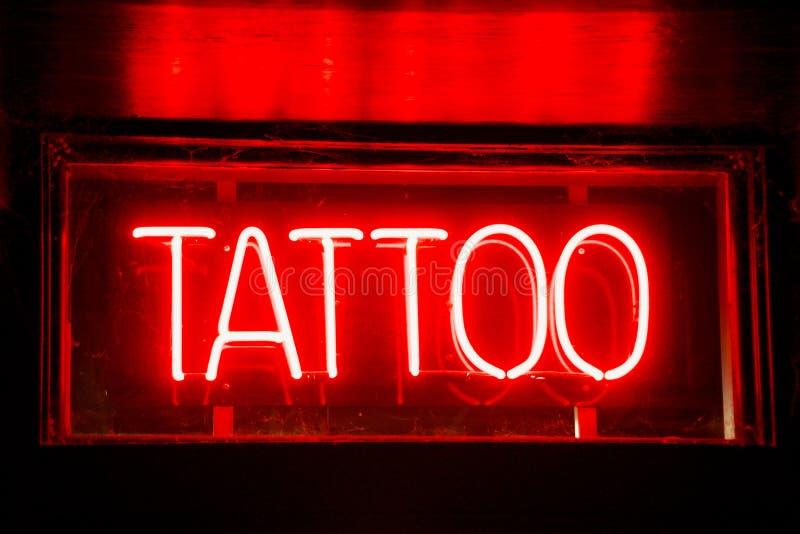 Negozio di piercing del corpo e del tatuaggio immagini stock libere da diritti