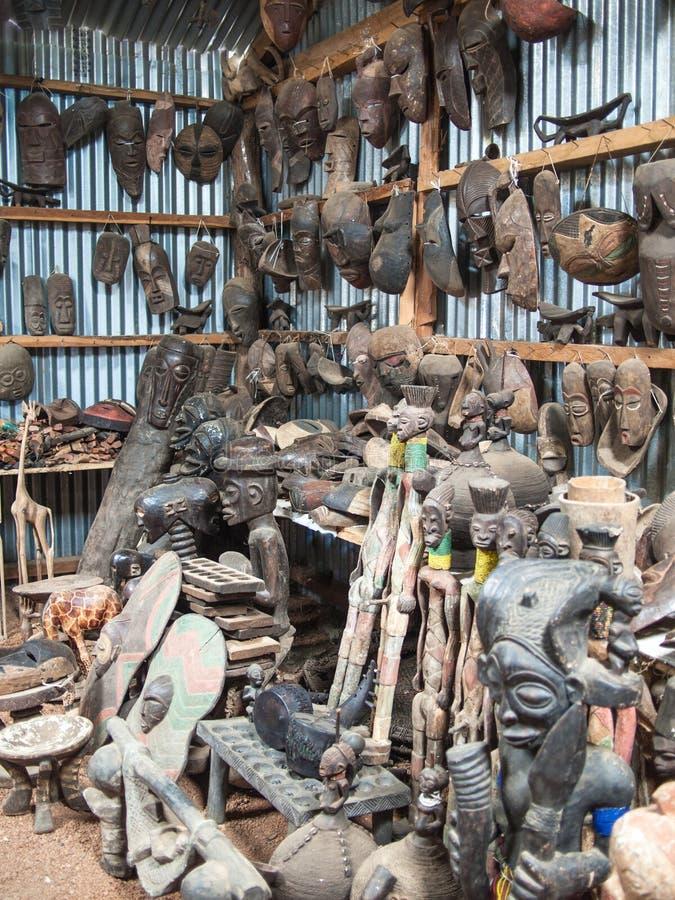 Negozio di ricordo africano tradizionale con le figure e le maschere di legno immagini stock libere da diritti