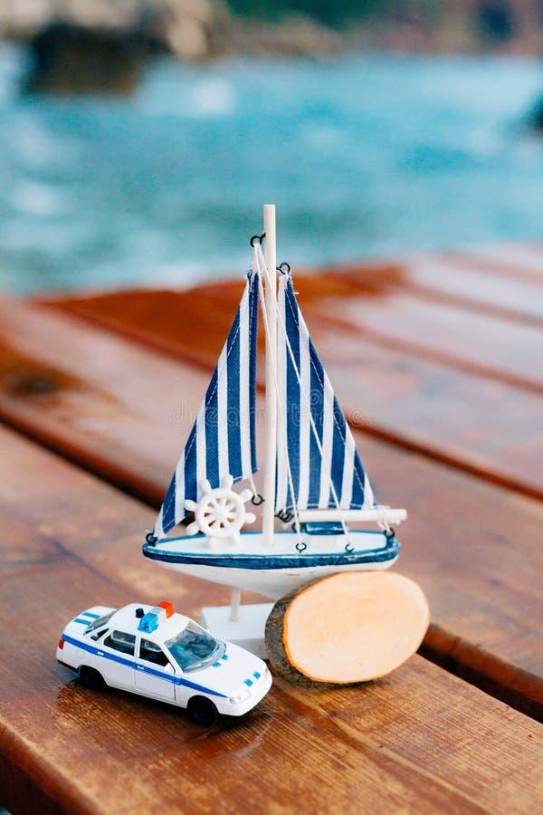 Negozio di ricordo nel Montenegro Ricordi casalinghi Piccolo marinaio a fotografia stock