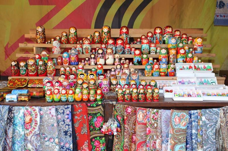 Negozio di ricordo russo di matreshka fotografia stock