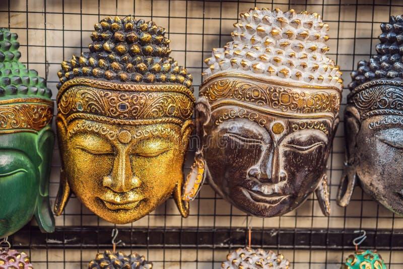 Negozio di ricordo tipico che vende i ricordi e gli artigianato di Bali al mercato famoso di Ubud, Indonesia Mercato di balinese immagine stock libera da diritti