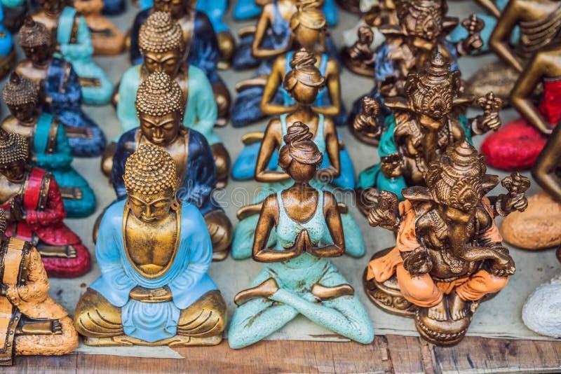 Negozio di ricordo tipico che vende i ricordi e gli artigianato di Bali al mercato famoso di Ubud, Indonesia Mercato di balinese immagini stock