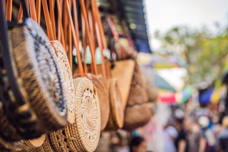 Negozio di ricordo tipico che vende i ricordi e gli artigianato di Bali al mercato famoso di Ubud, Indonesia Mercato di balinese fotografie stock libere da diritti