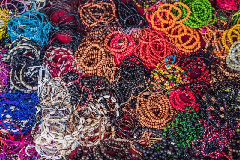 Negozio di ricordo tipico che vende i ricordi e gli artigianato di Bali al mercato famoso di Ubud, Indonesia Mercato di balinese immagine stock