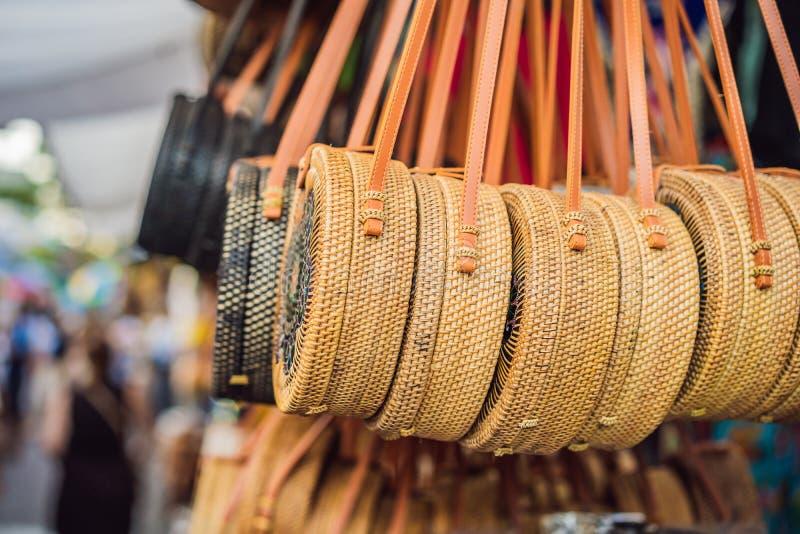 Negozio di ricordo tipico che vende i ricordi e gli artigianato di Bali al mercato famoso di Ubud, Indonesia Mercato di balinese fotografia stock