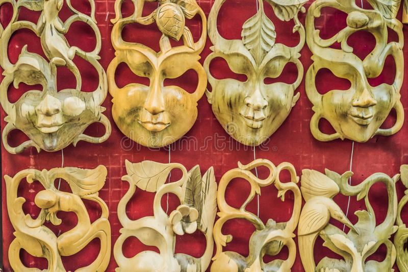 Negozio di ricordo tipico che vende i ricordi e gli artigianato di Bali al mercato famoso di Ubud, Indonesia Mercato di balinese immagini stock libere da diritti