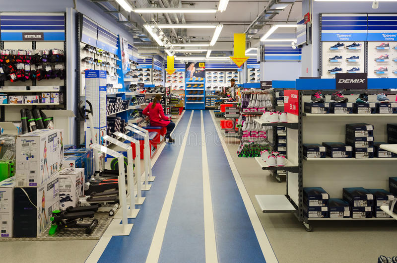 Negozio di sport Sportmaster, Mogilev, Bielorussia delle merci immagine stock
