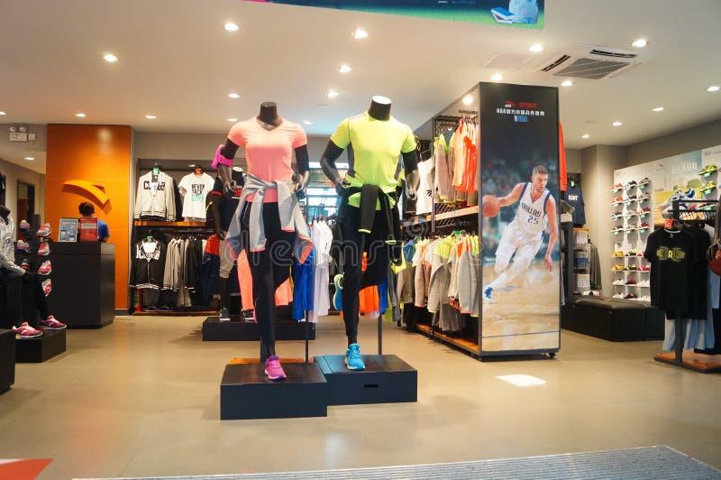 Negozio di vendite dei vestiti di sport e delle scarpe di sport fotografia stock libera da diritti