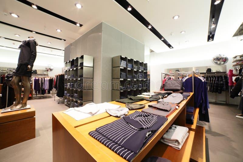 Negozio di vestiti europeo con la raccolta enorme immagine stock