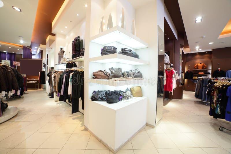 Negozio di vestiti europeo con la raccolta enorme fotografia stock libera da diritti