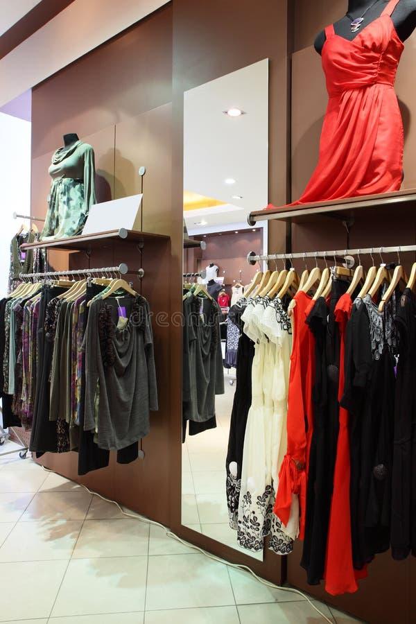 Negozio di vestiti europeo con la raccolta enorme immagini stock libere da diritti