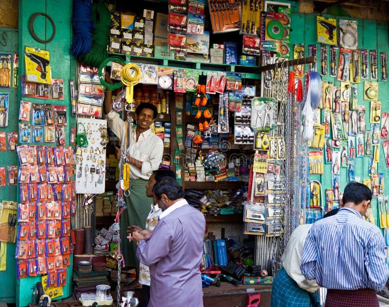 Negozio domestico della strumentazione a Yangon, Myanmar fotografie stock