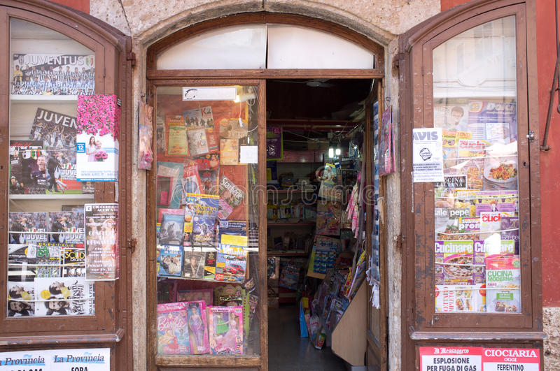 Negozio italiano dei giornali e delle riviste fotografia stock libera da diritti