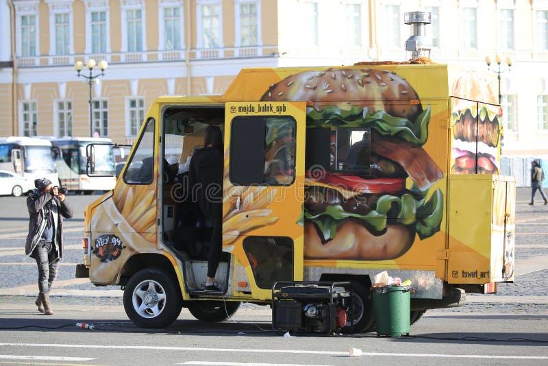 Negozio mobile dell'hamburger sul quadrato del palazzo su una sera soleggiata fotografia stock libera da diritti