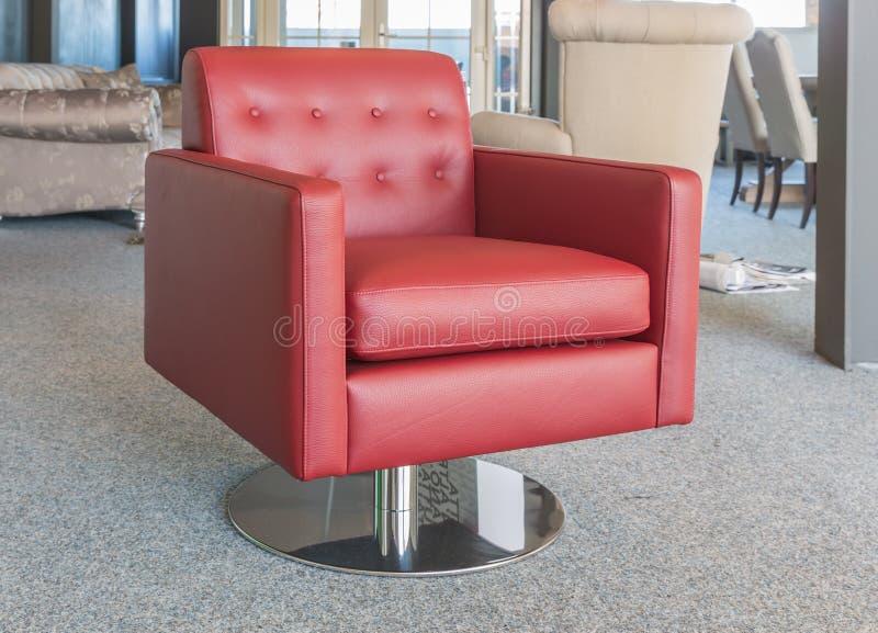 Negozio moderno della mobilia della sala d'esposizione con la poltrona di cuoio rossa di lusso immagine stock