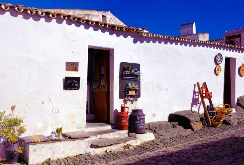 Negozio singolare di ricordi e del caffè, casette pittoresche, viaggio a sud del Portogallo fotografia stock