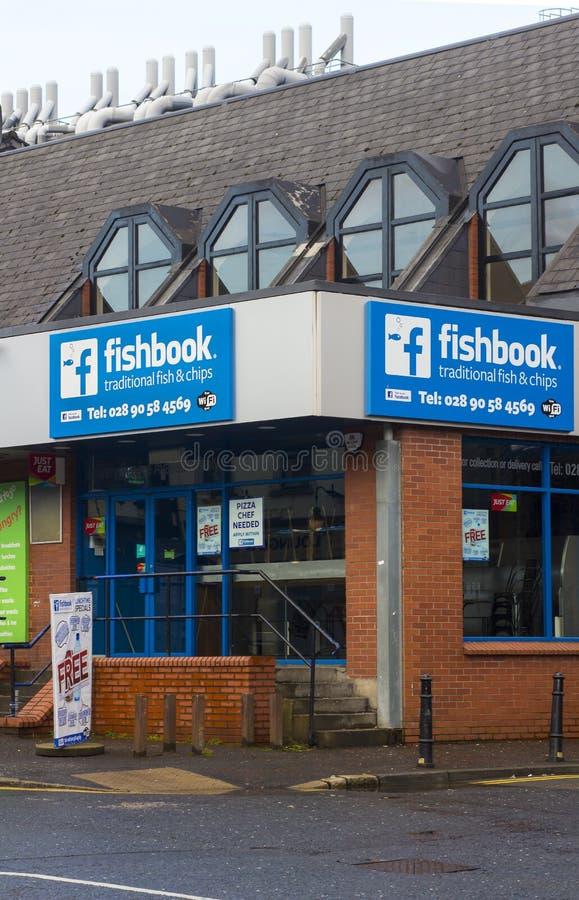 Negozio tradizionale del pesce e della patata fritta di Belfast A della strada di Malone aperto per l'affare su una sera fresca d fotografia stock libera da diritti