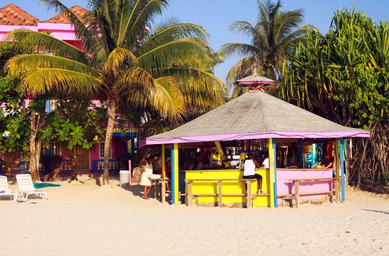 NEGRIL, ЯМАЙКА - 24-ОЕ МАЯ 2010: Пинк и желтый бар на пляже Бурбона стоковые фотографии rf
