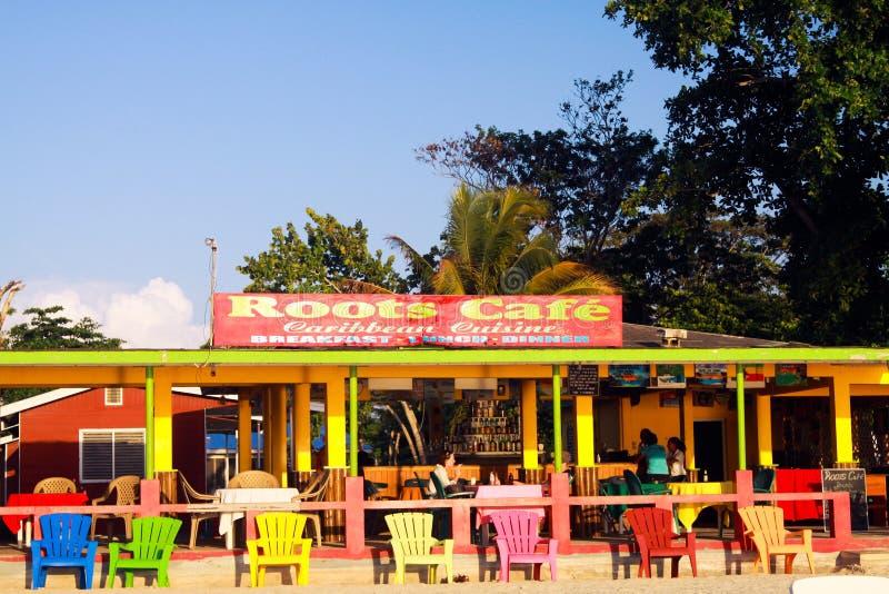 NEGRIL, JAMAICA - 24 DE MAIO 2010: Café e restaurante coloridos na praia de Bourbon fotografia de stock royalty free
