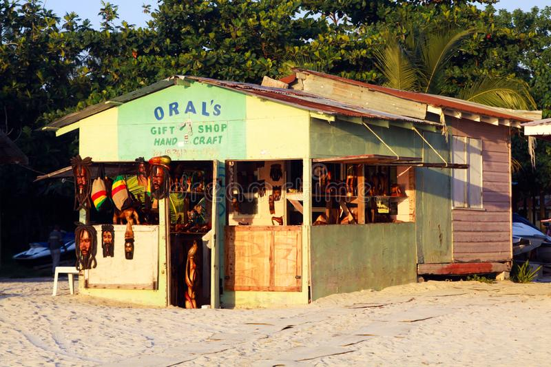 NEGRIL, JAMAICA - 24 DE MAIO 2010: Loja do presente e do artesanato na praia de Bourbon fotos de stock royalty free