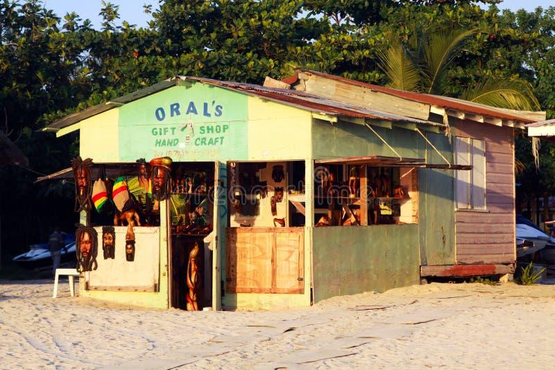 NEGRIL, JAMAICA - 24 DE MAYO 2010: Tienda del regalo y de la artesanía en la playa de Borbón fotos de archivo libres de regalías