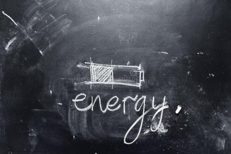 Negro de la batería del texto de la tiza de la energía del ahorro del concepto foto de archivo