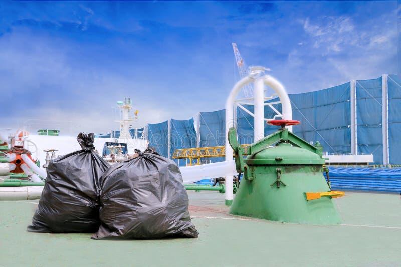 Negro del bolso de basura en la cubierta de la nave del buque de petróleo foto de archivo