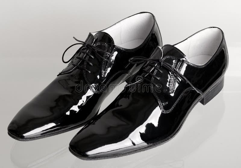 Negro italiano sirve los zapatos del baile foto de archivo