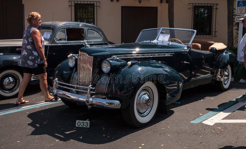 Negro Packard 1940 en el Car Show cl?sico del 32do dep?sito anual de N?poles foto de archivo