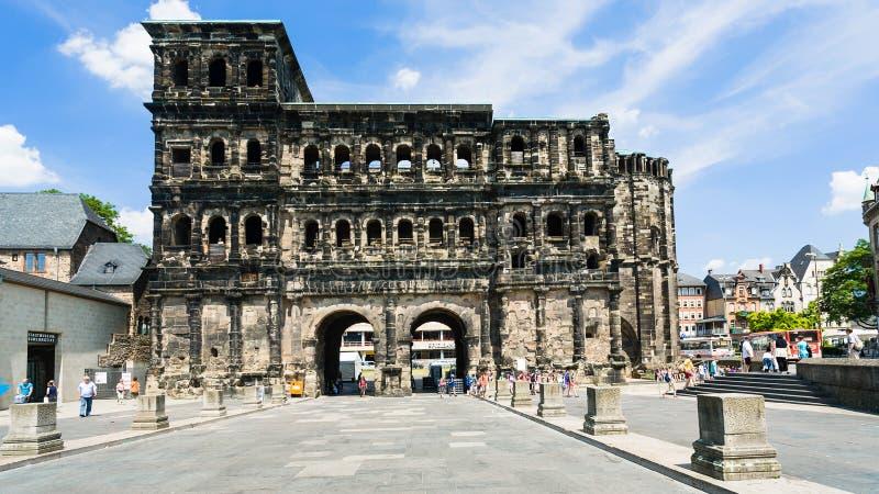 negro romano antigo de Porta do monumento no Trier fotos de stock royalty free