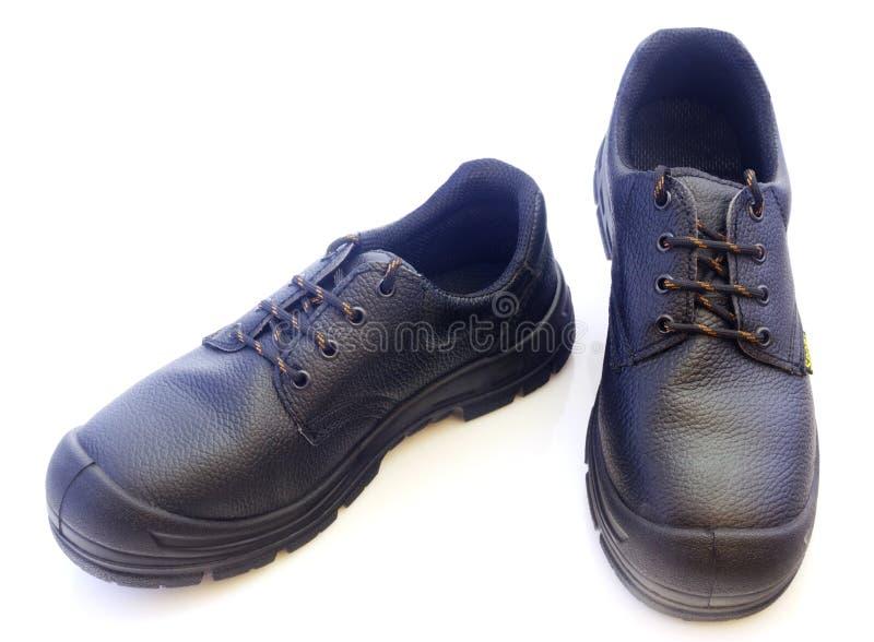 Negro sirve los zapatos de cuero aislados en el fondo blanco foto de archivo libre de regalías