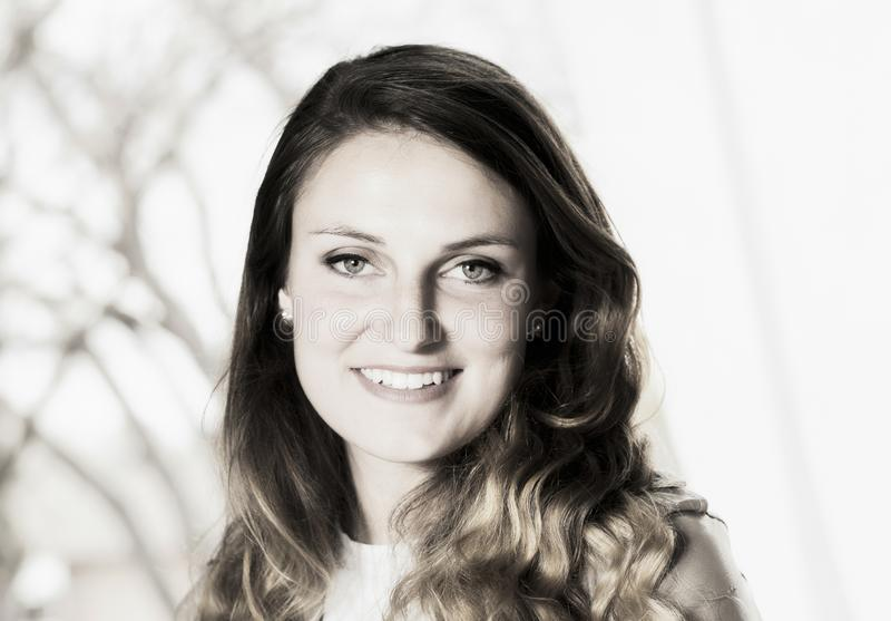 Negro y blanco de la mujer cauc?sica joven hermosa fotografía de archivo libre de regalías