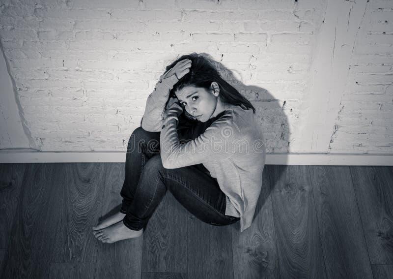 Negro y retrato de la pizca de la mujer joven que sufre de la depresión que siente desesperada y sola imagen de archivo