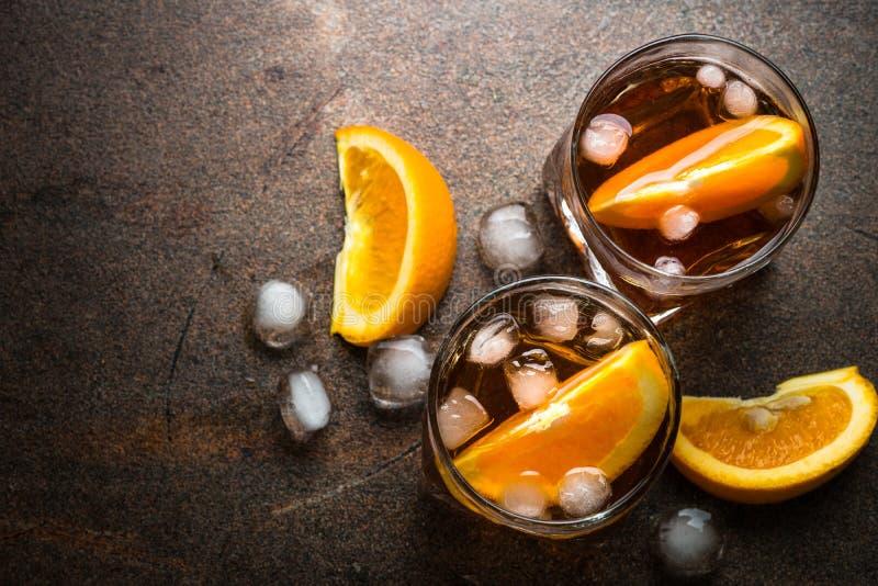 Negroni-Cocktail im Glas auf Dunkelheit lizenzfreie stockbilder