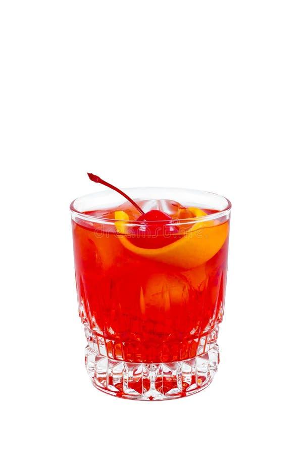 Negroni Rood drink cocktail in glaskruik met kers en geïsoleerde sinaasappelschil stock foto