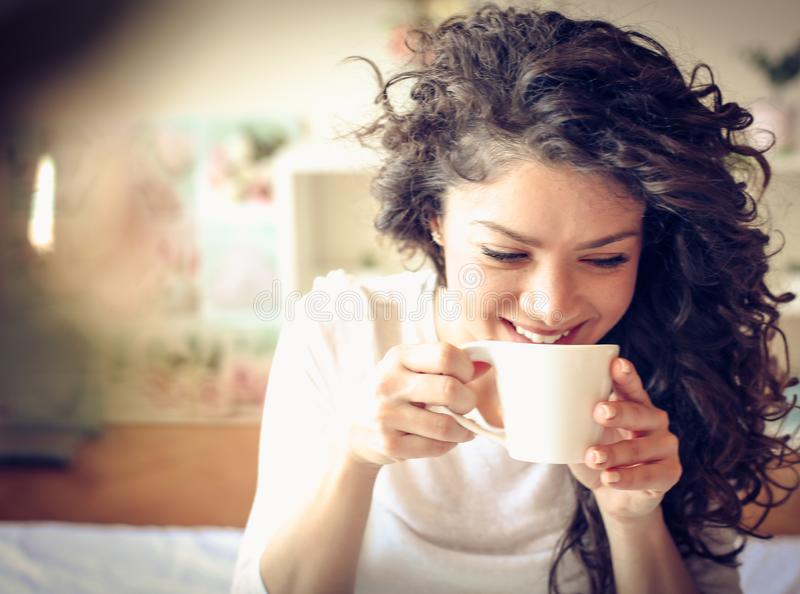 Nehmen dass erstes Schlückchen frischer Kaffee morgens lizenzfreies stockbild