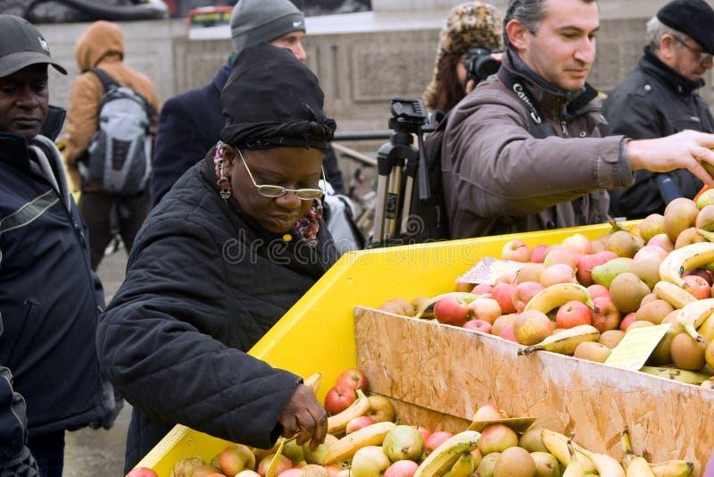 Nehmen der Frucht an der freien Nahrung am Trafalgar Quadrat stockfotografie