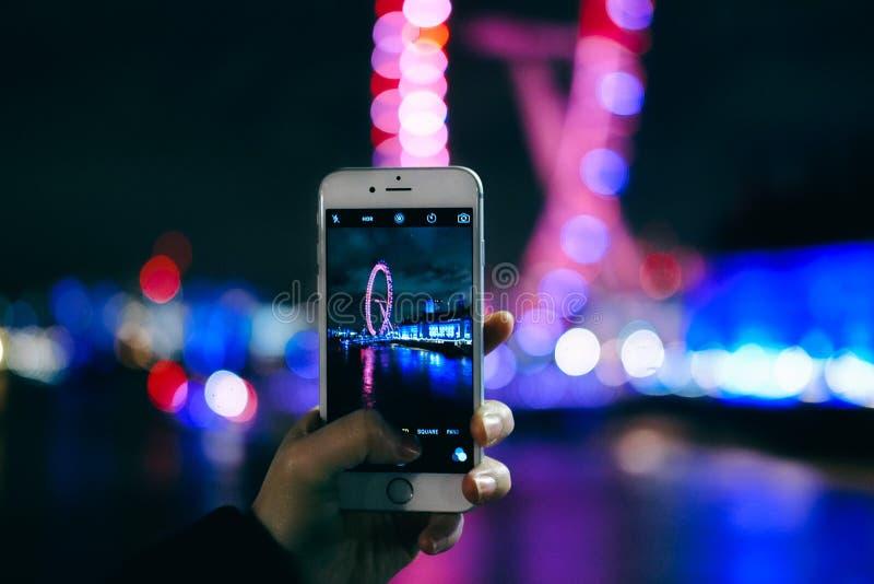 Nehmen des Fotos mit intelligentem Telefon lizenzfreies stockfoto