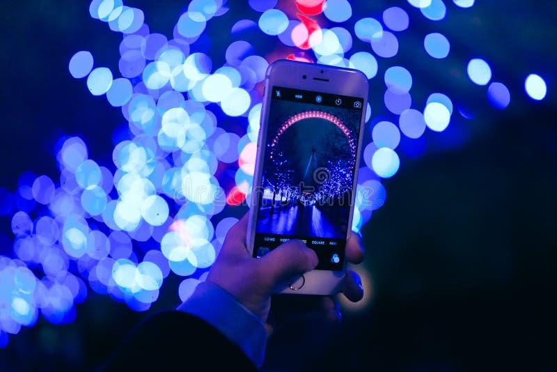 Nehmen des Fotos mit intelligentem Telefon lizenzfreie stockfotos