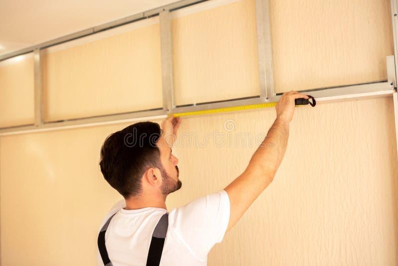 Nehmen des Längenmaßes auf einer Baustelle lizenzfreies stockfoto