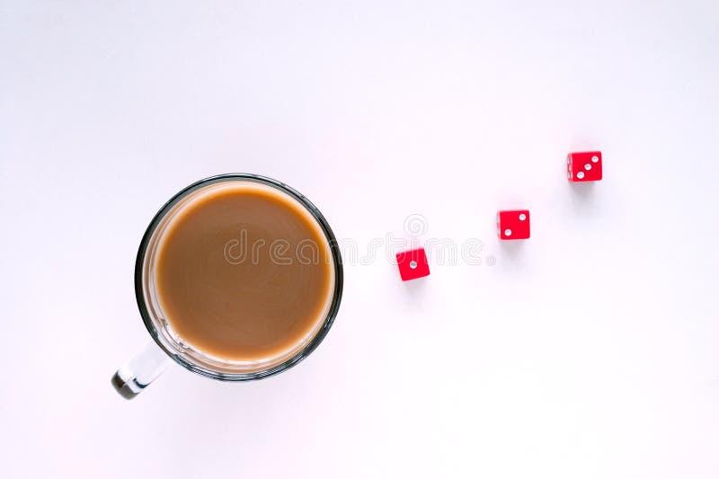 Nehmen des Möglichkeitskonzeptes Ein Glasbecher Kaffee und Würfel, lokalisierter weißer Hintergrund, Draufsicht lizenzfreies stockfoto