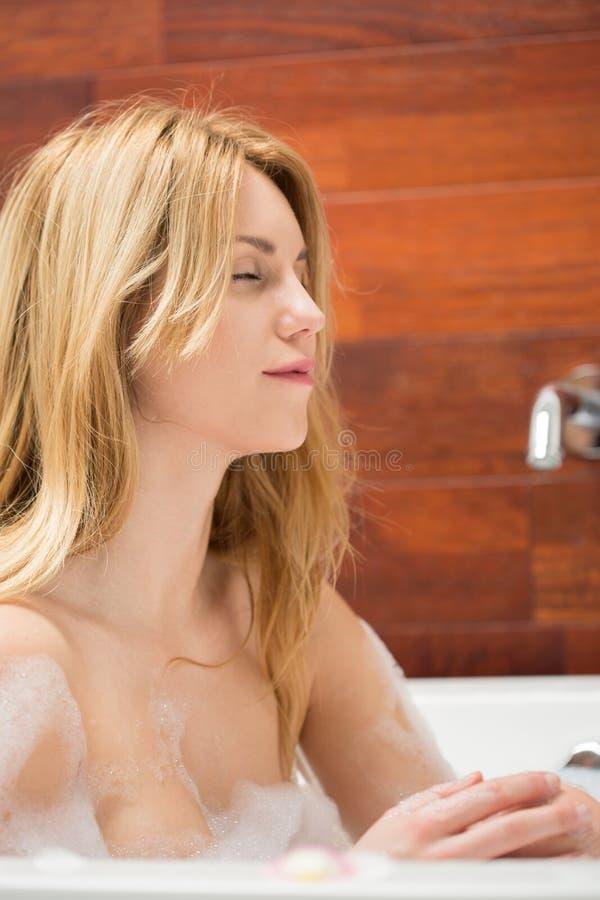 Nehmen eines Bades mit Schaum stockbilder