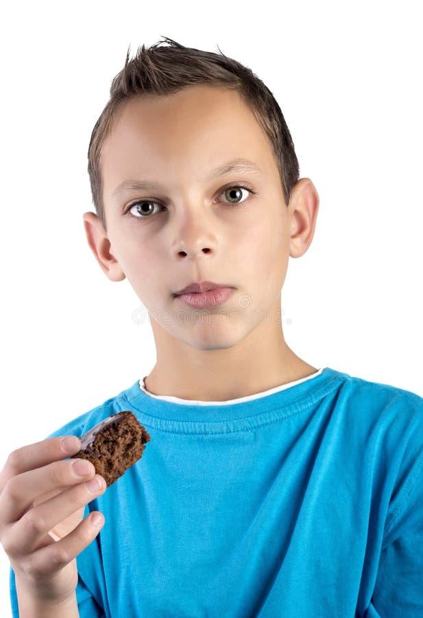 Nehmen eines Bissens eines Muffins lizenzfreie stockbilder