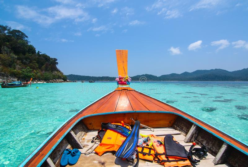 Nehmen Sie ein thailändisches einzigartiges Boot und einen Ausflug um Inseln lizenzfreie stockfotografie