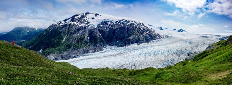 Nehmen Sie Gletscher mit Wanderer heraus stockbild