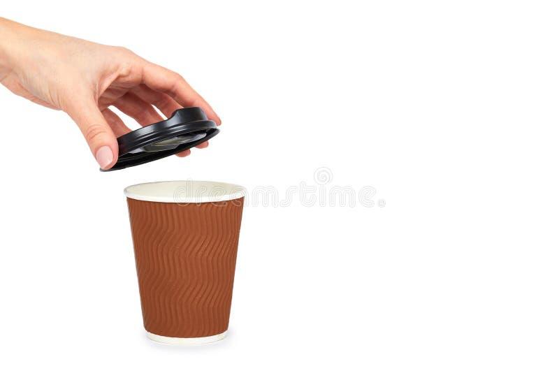 Nehmen Sie Kaffee in der Thermo Schale mit der Hand heraus Getrennt auf einem weißen Hintergrund Wegwerfbehälter, Heißgetränk kop lizenzfreie stockfotos