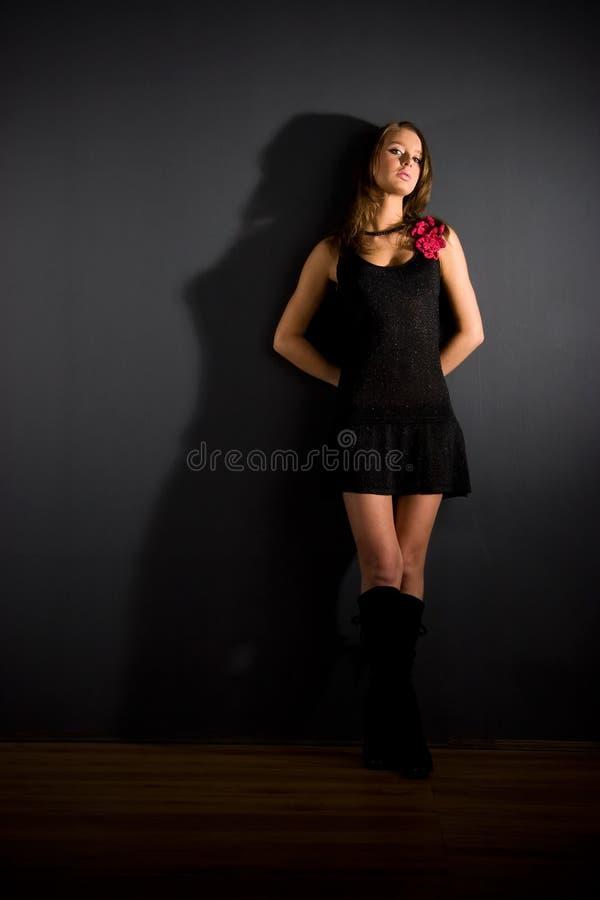Nehmen Sie reizvolle Frau auf dunklem Hintergrund ab lizenzfreies stockfoto